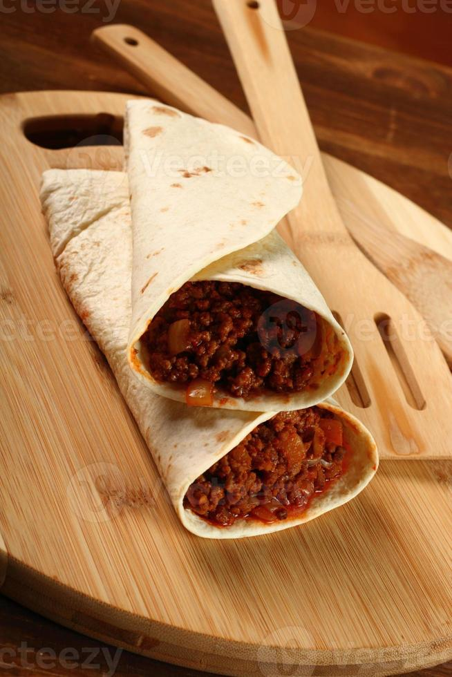 tortilla de carne com molho de pimenta. enchilada. foto