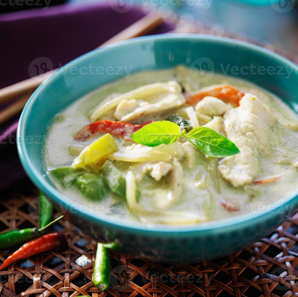 curry verde tailandês com frango na tigela foto