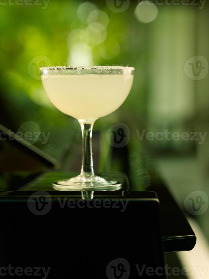 suco de limão fresco sobre fundo verde foto