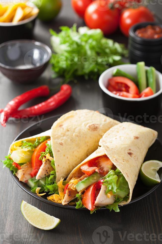 envoltório de tortilla mexicana com peito de frango e legumes foto