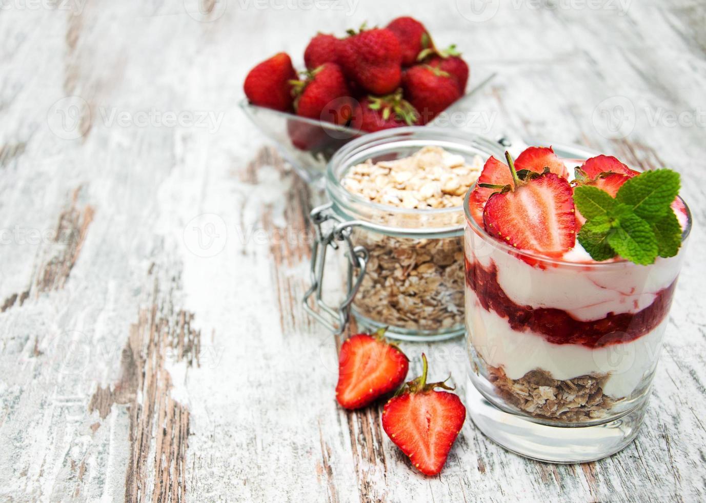 iogurte de morango com muesli foto