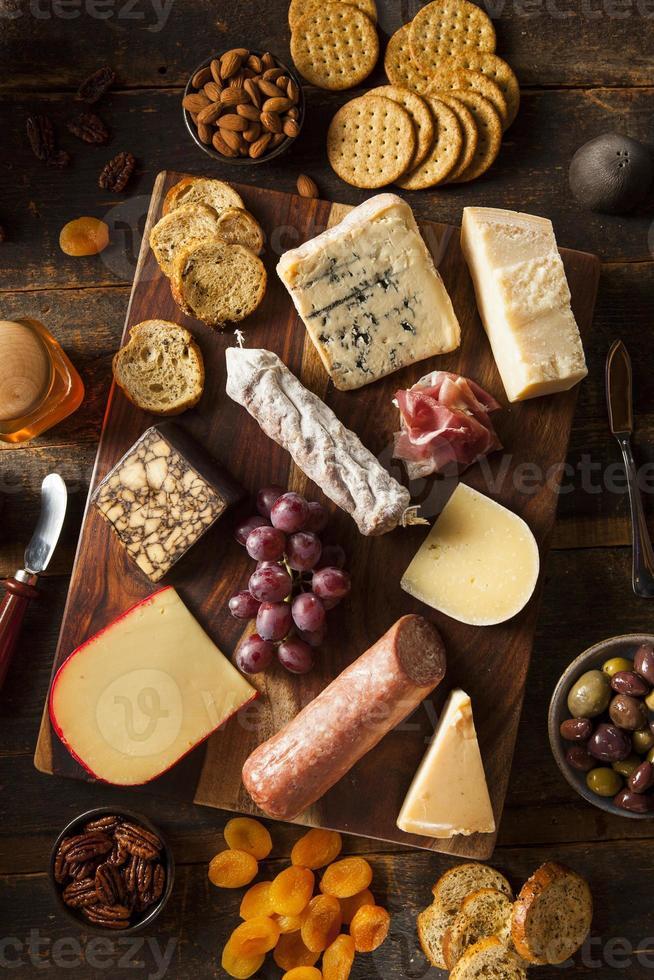 carne chique e tábua de queijos com frutas foto