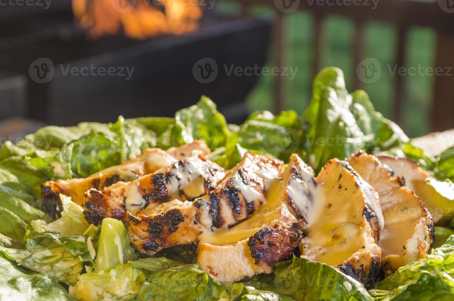 salada de caesars com frango grelhado foto