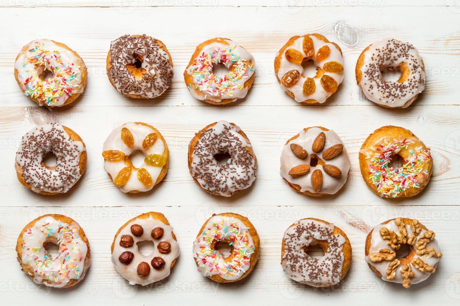 grupo de donuts coloridos decorados foto