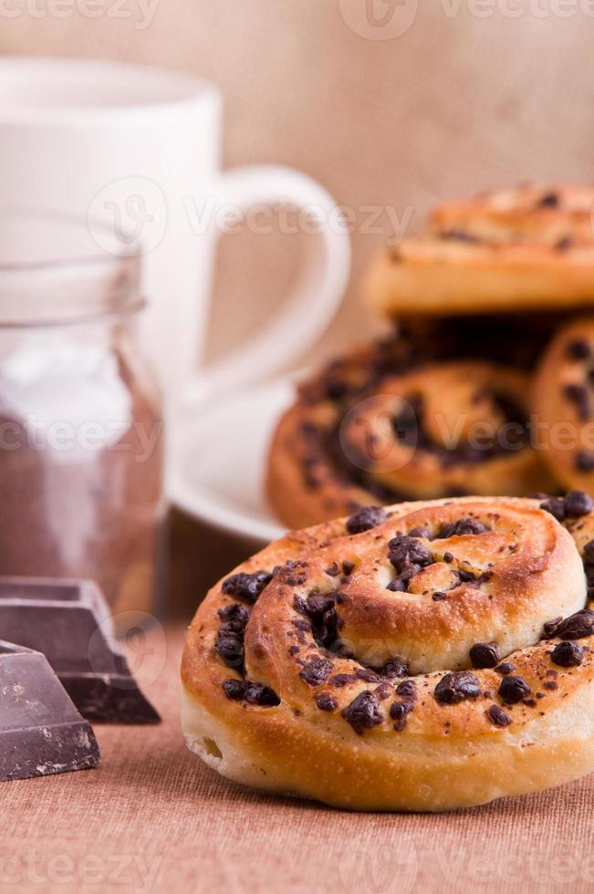 bolos de brioche com pedaços de chocolate. foto