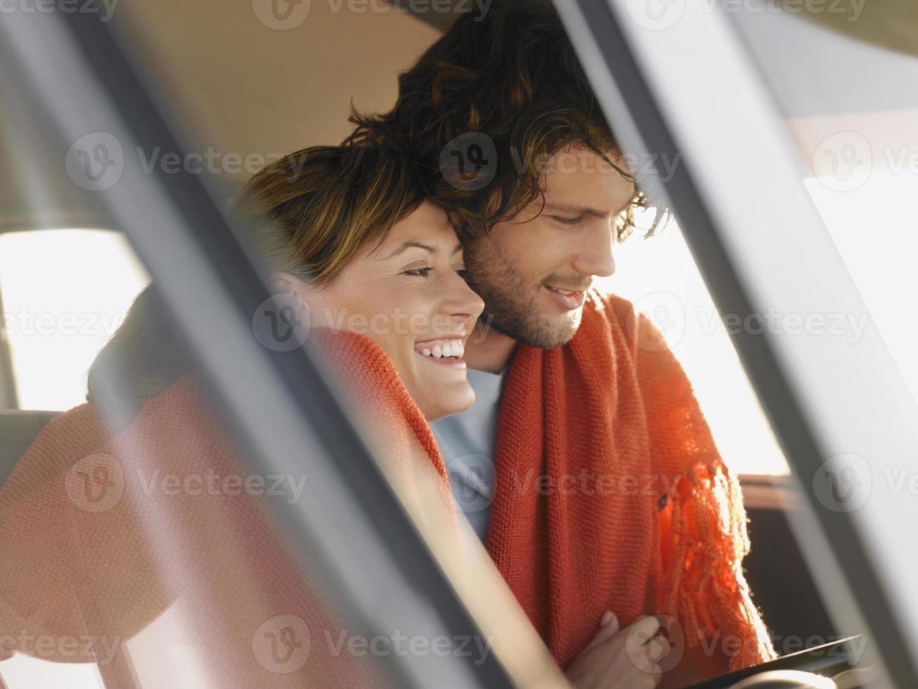 casal abraçando na caravana foto