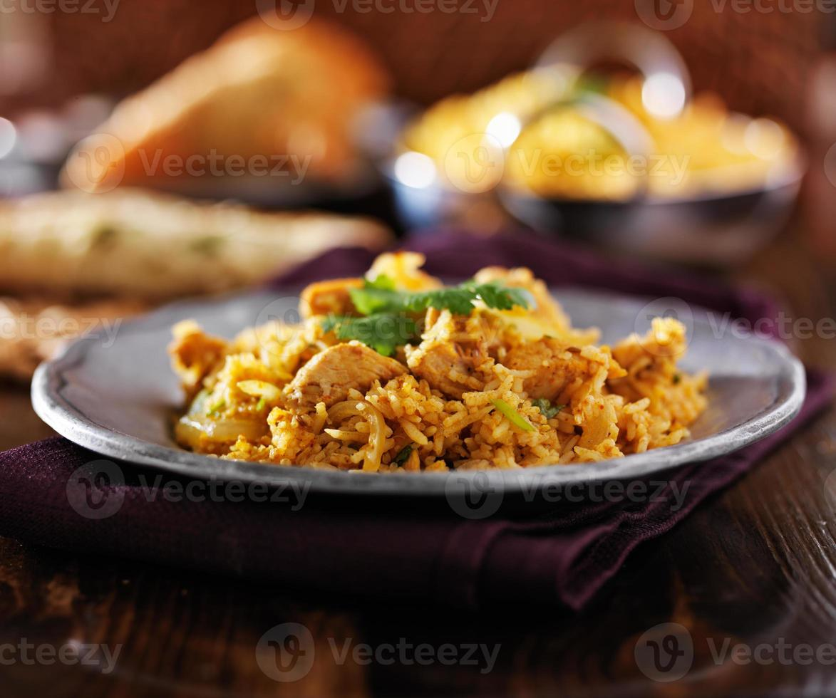 comida indiana - frango biryana na placa de metal foto