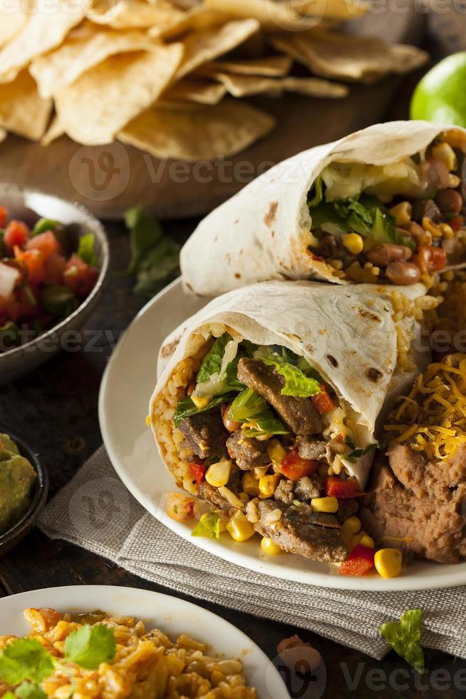 Burrito de carne gigante caseiro foto