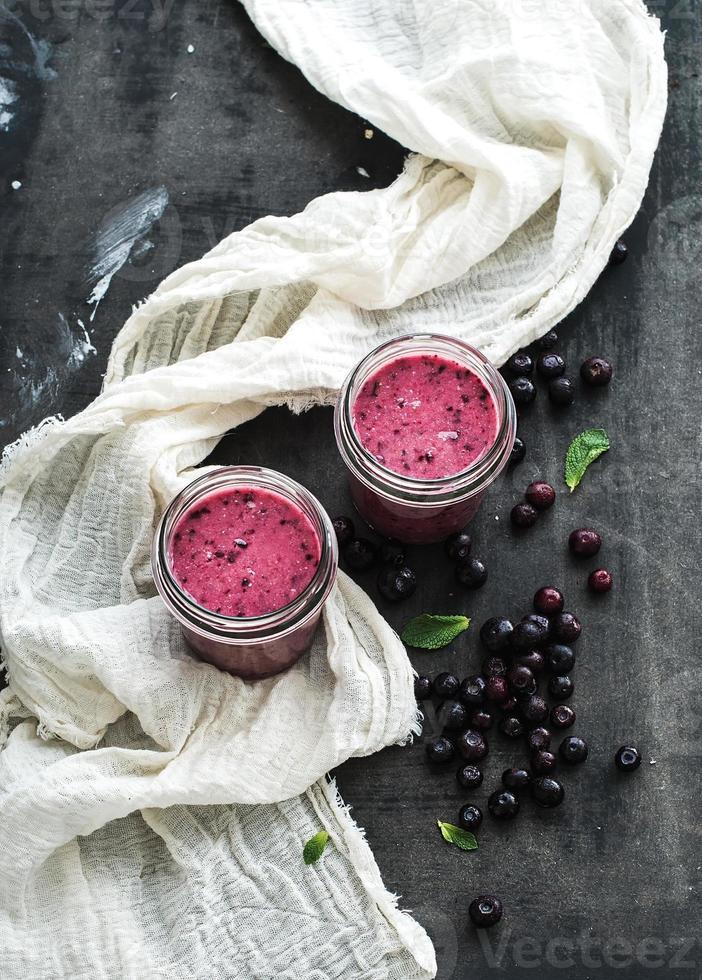 smoothie saudável fresco em potes de vidro com mirtilos e hortelã foto