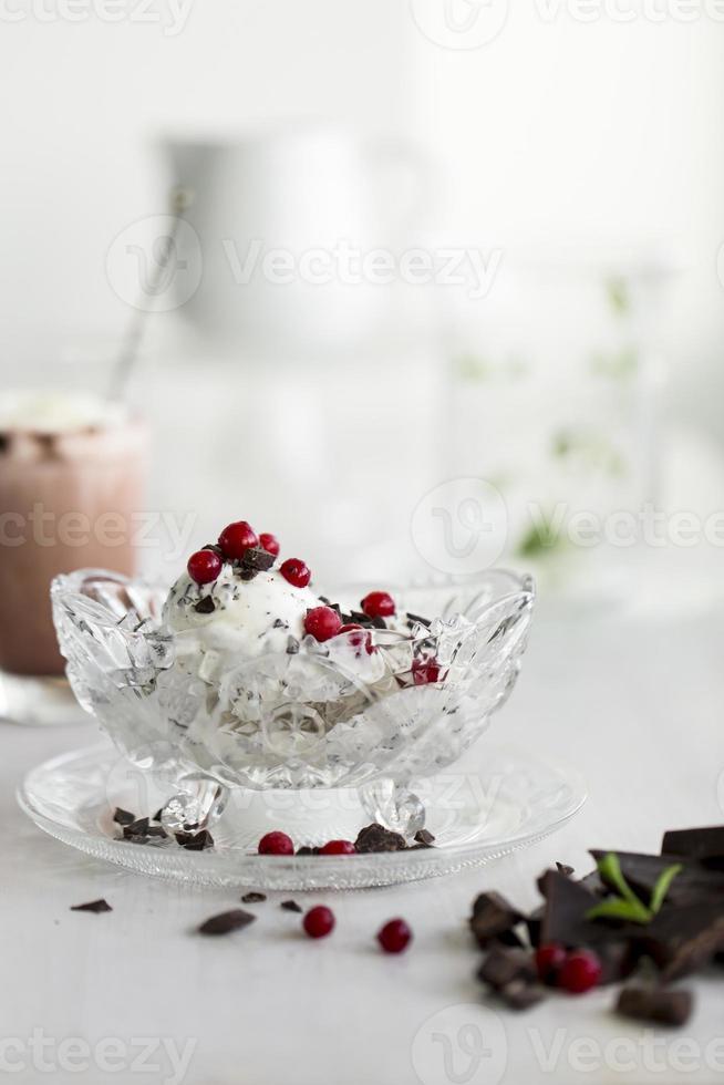 sorvete stracciatella com frutas foto