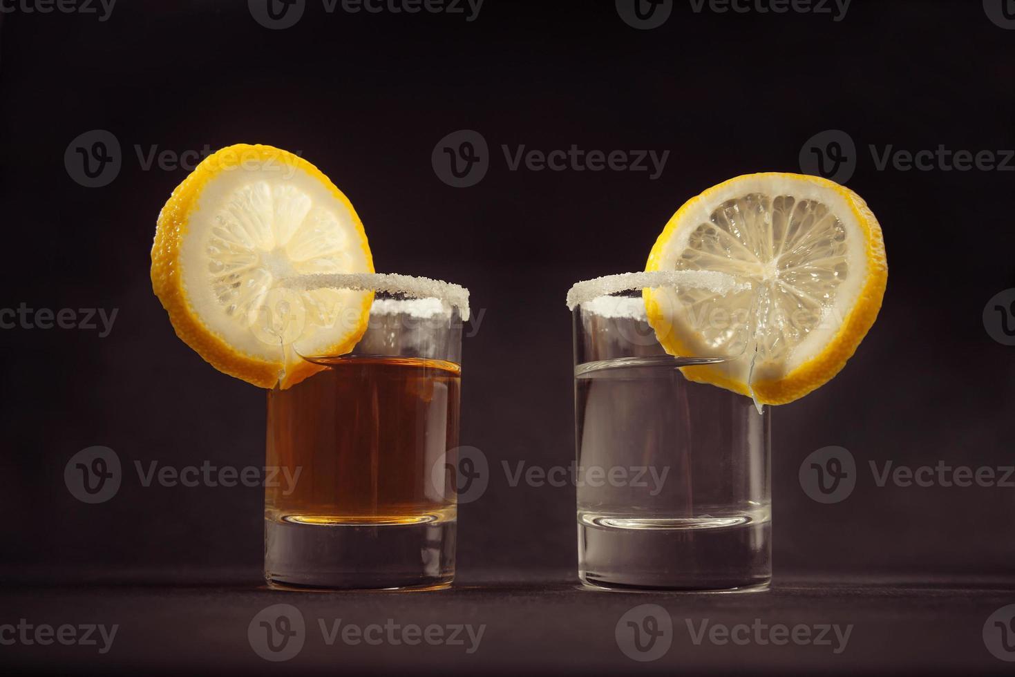 dois copos de coquetel de tequila foto