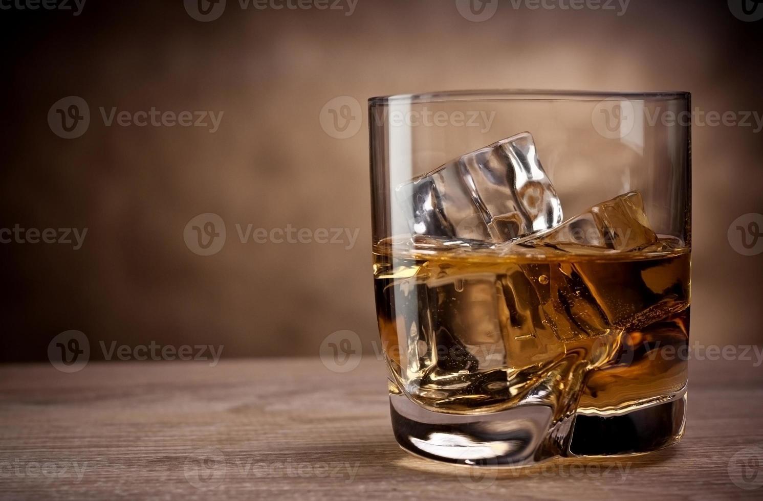 um copo de uísque foto