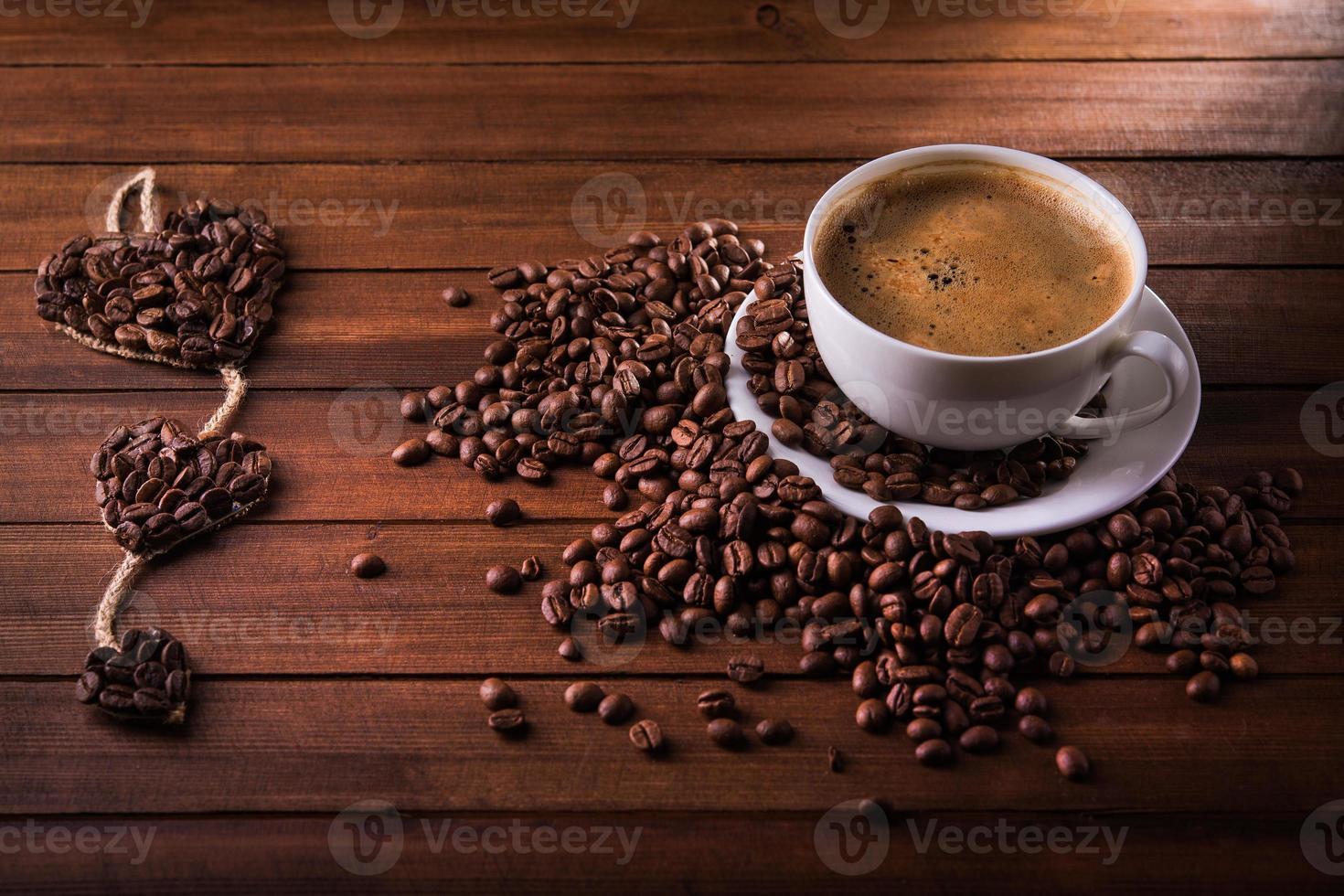 xícara de café e feijão foto