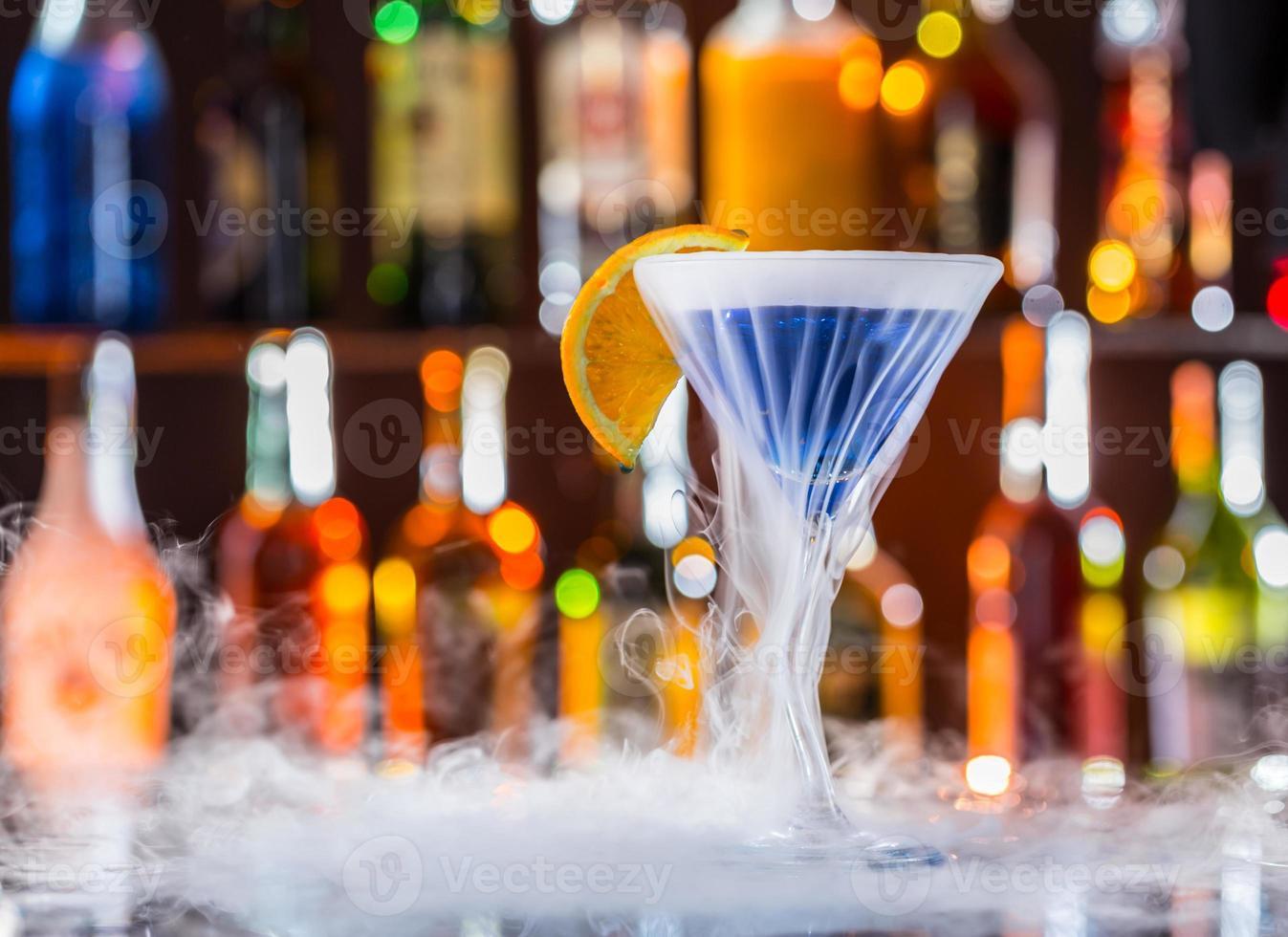 bebida de martini no balcão de bar foto
