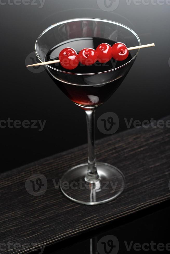 foto de estúdio de bebida no copo de martini