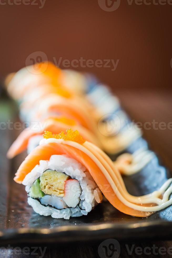 rolo de sushi de salmão maki foto