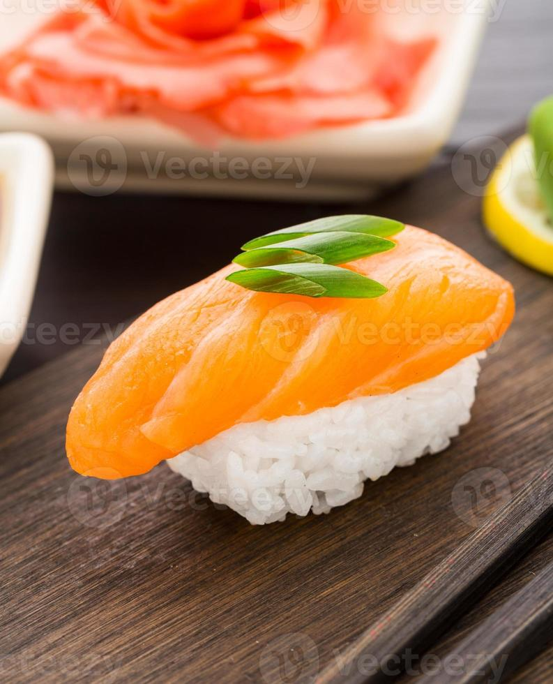 sushi nigiri com salmão foto
