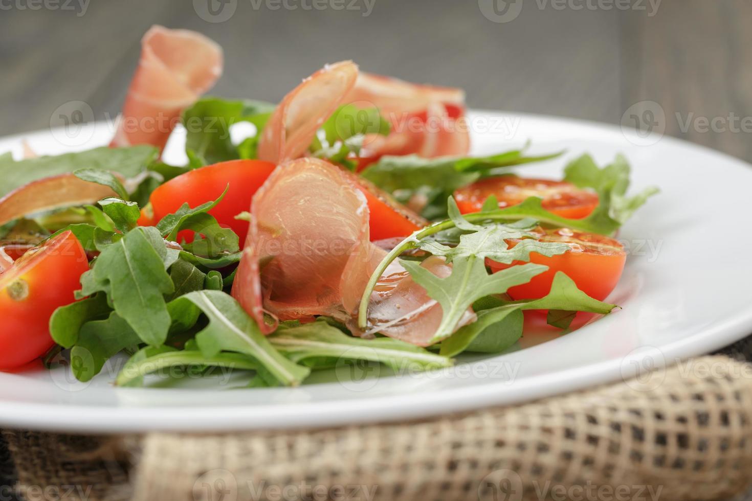 salada com rúcula de presunto e tomate foto