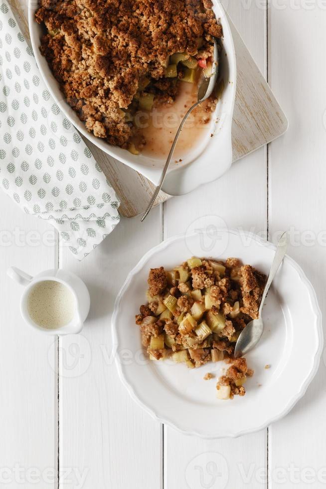 ruibarbo crumble, cozido com farinha de grãos integrais foto