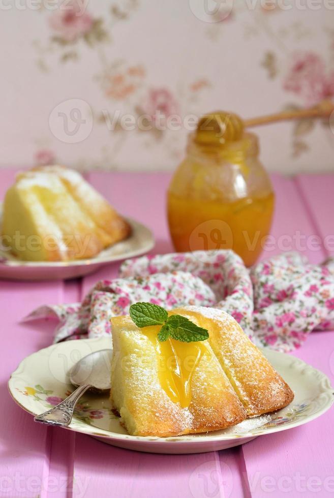 pedaço de caçarola de requeijão (pudim) com molho de mel. foto