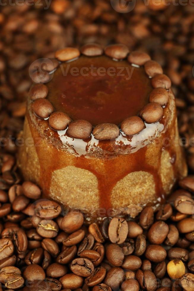 delicioso bolo de chocolate no fundo de grãos de café foto