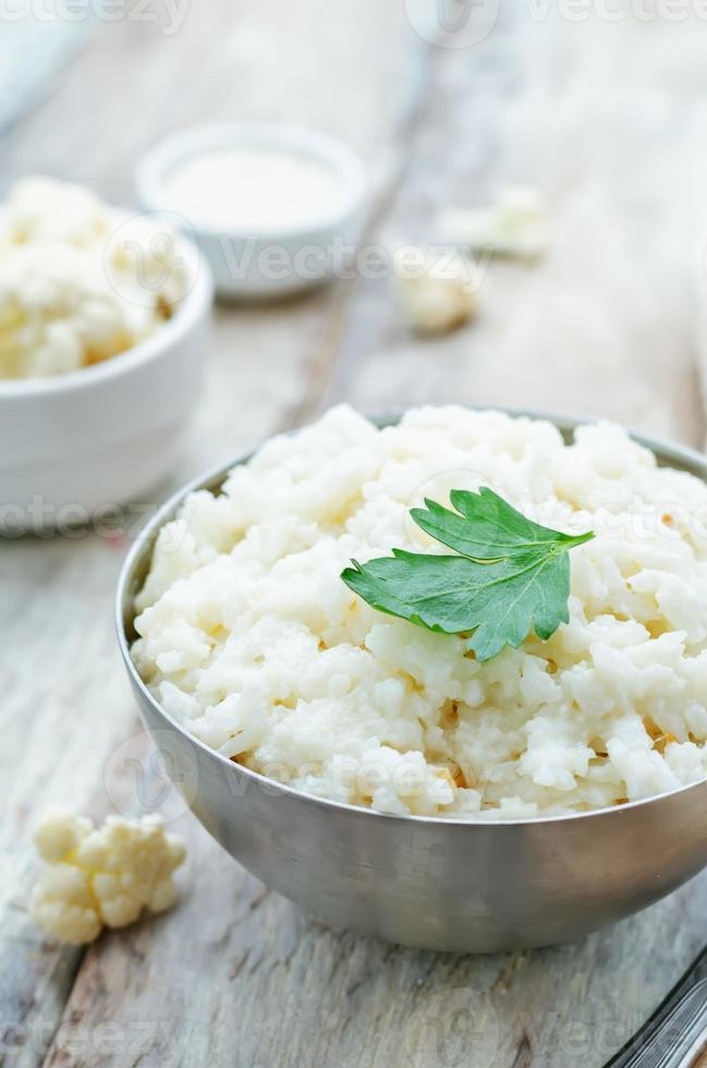 arroz de alho, couve-flor cremosa foto