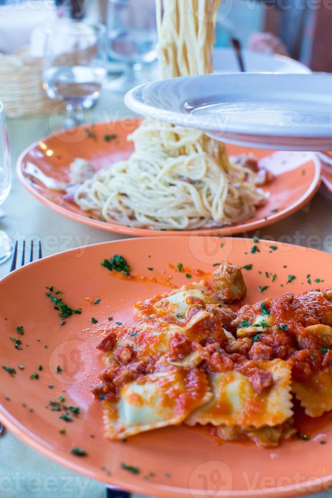 fettuccine italiano e espaguete com queijo no restaurante gourmet foto