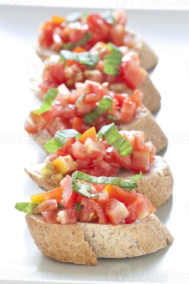 crostini com tomate, manjericão e alho foto