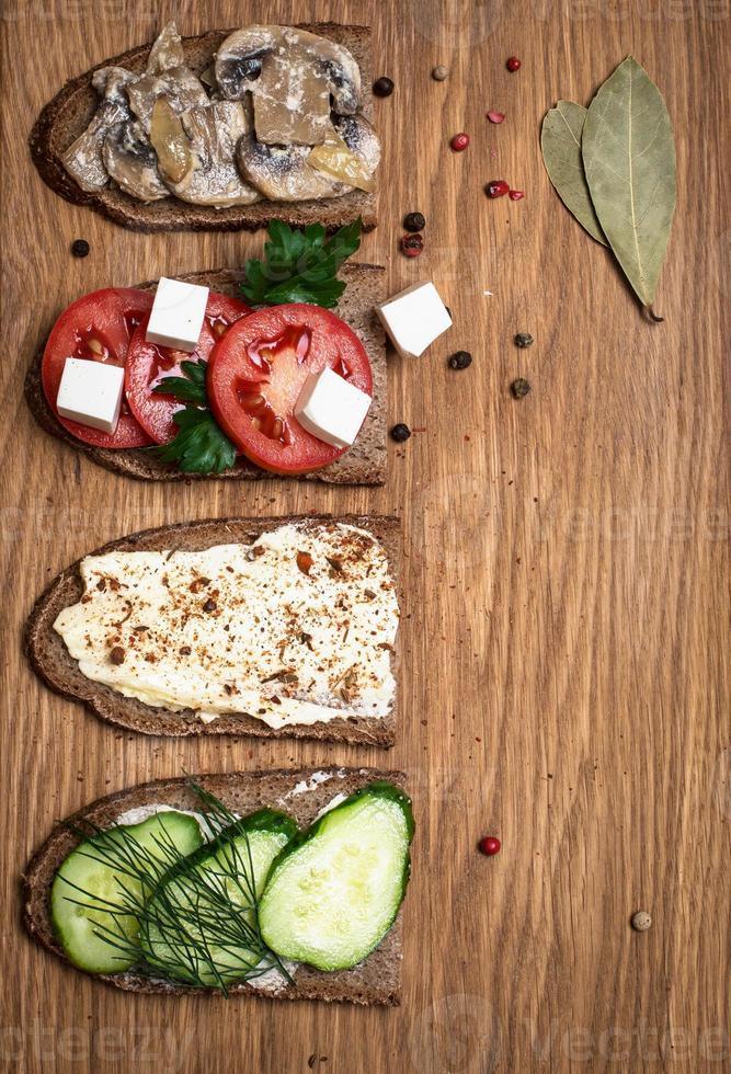 sanduíches na tábua de madeira, vista superior, copie o espaço. foto