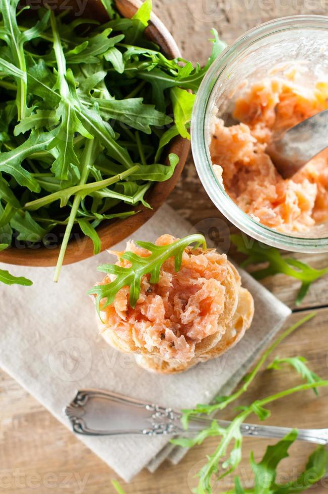 sanduíches com patê de salmão foto
