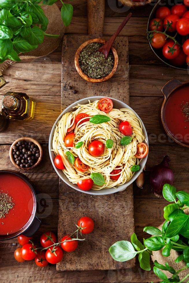 sopa de macarrão e tomate foto
