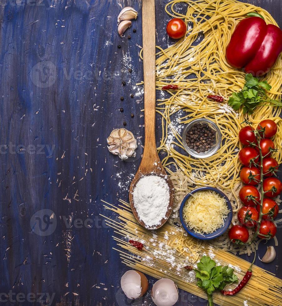 cozinhar macarrão conceito tomate, queijo, pimenta, temperos, alho, colher, borda, foto