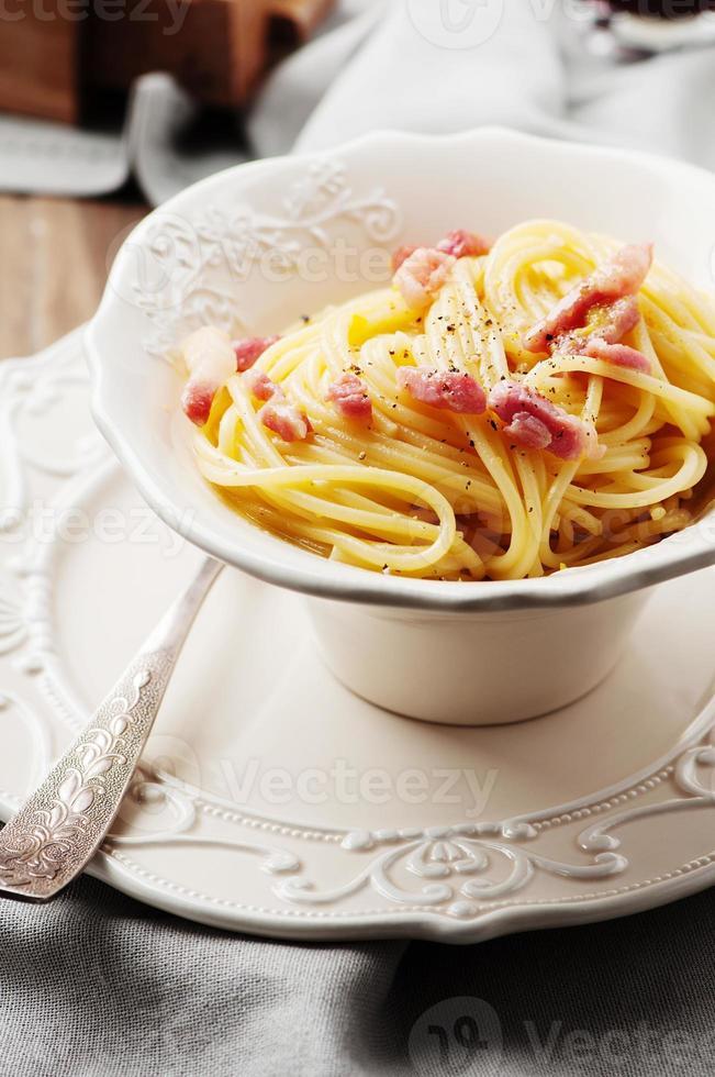 espaguete à carbonara com vinho tinto foto