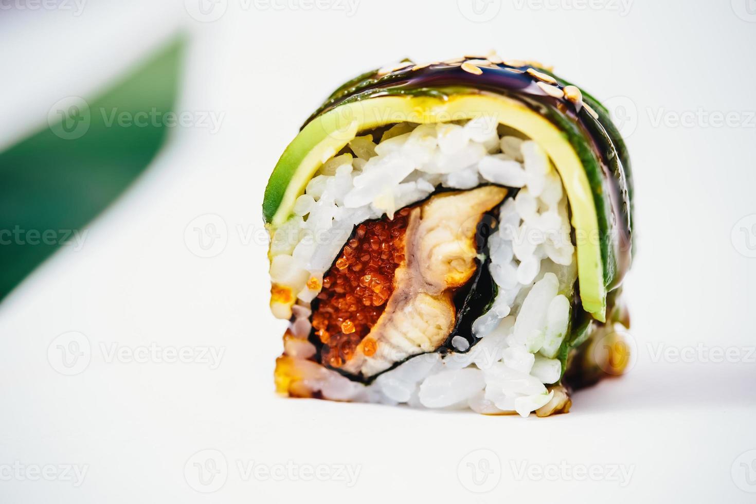 rolos de sushi japonês fresco tradicional foto