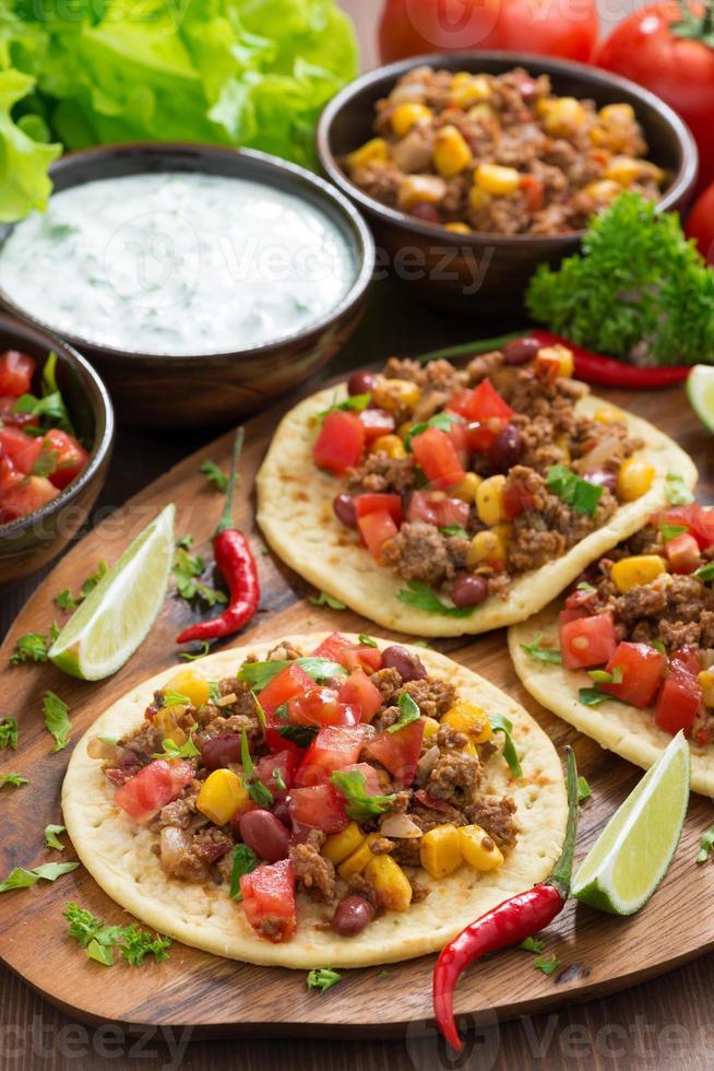 tortilhas com molho de chili com carne e tomate a bordo foto