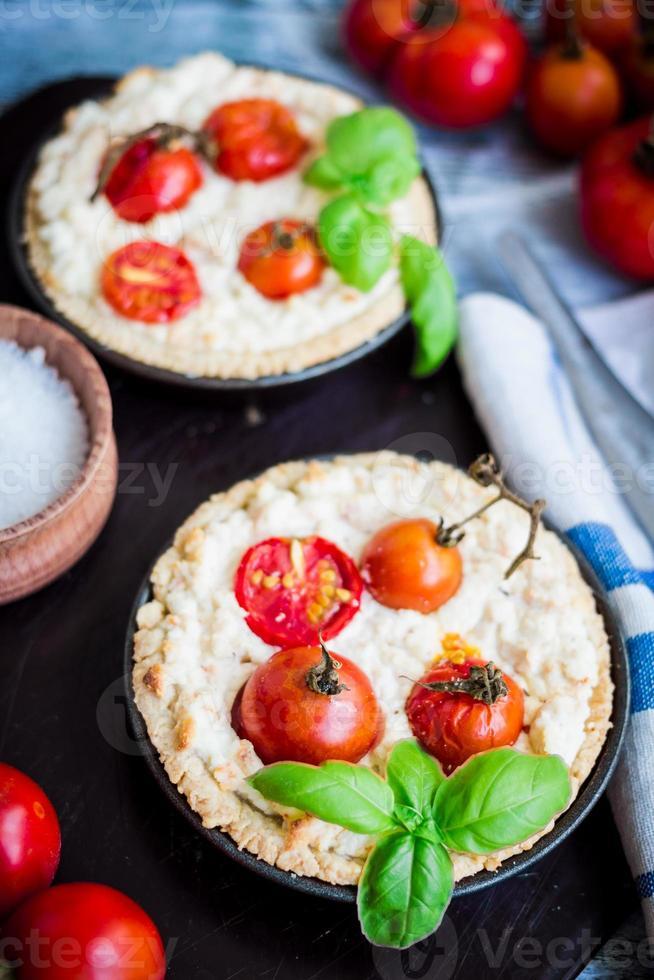 quiche com queijo de cabra, tomate cereja e manjericão foto