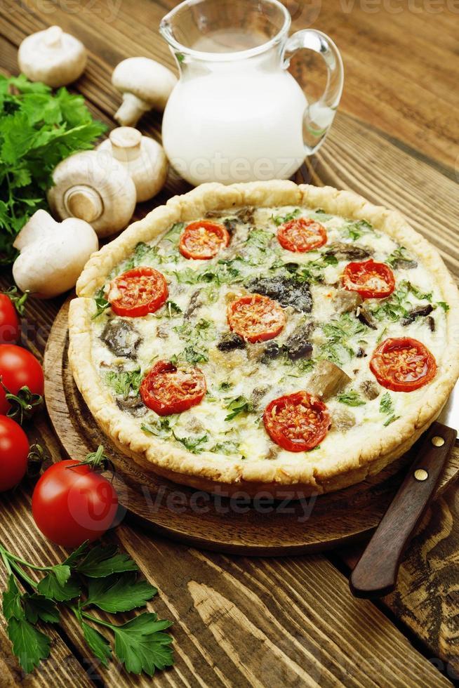 kish com cogumelos e tomate cereja foto