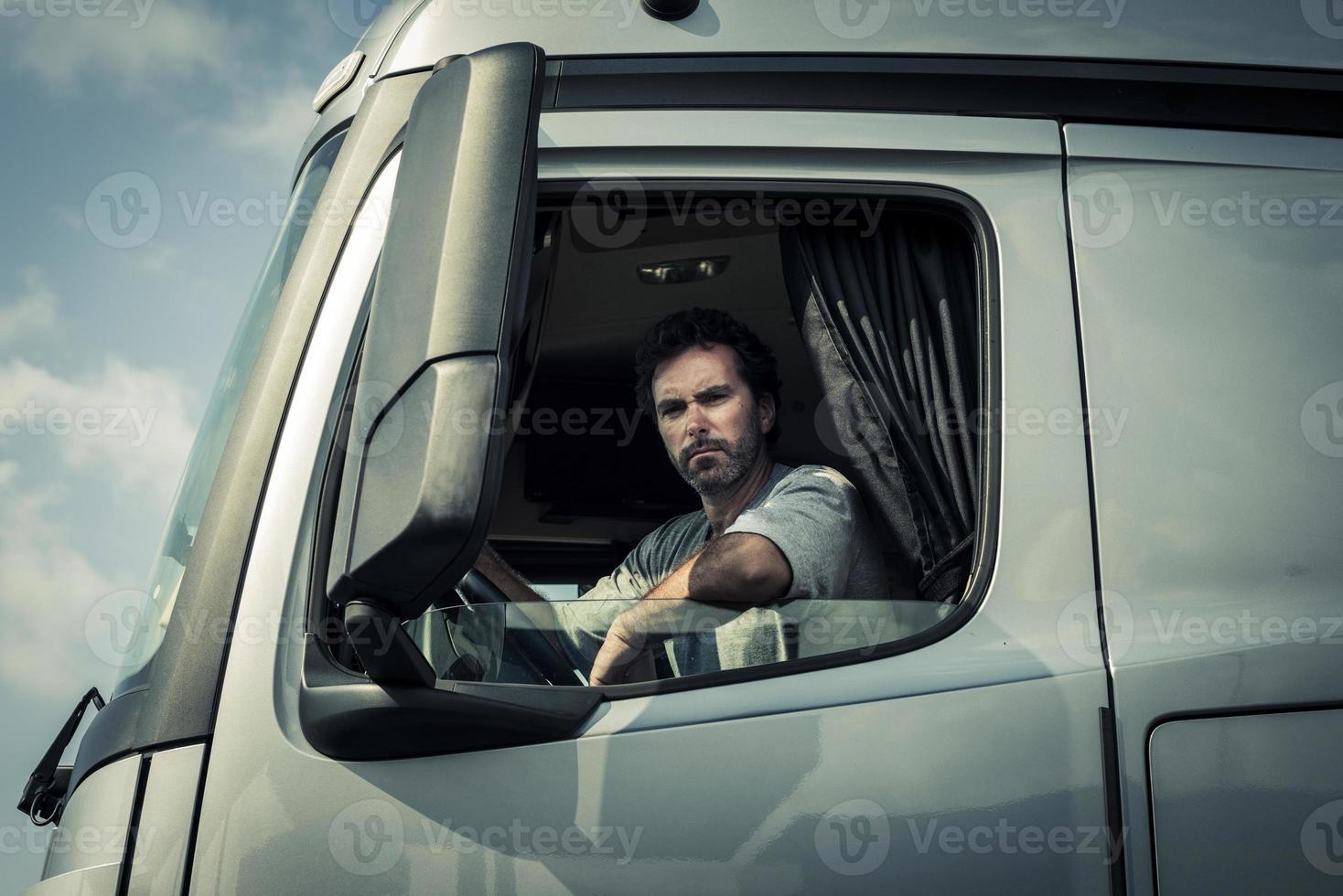 motorista de caminhão, sentado na cabine foto