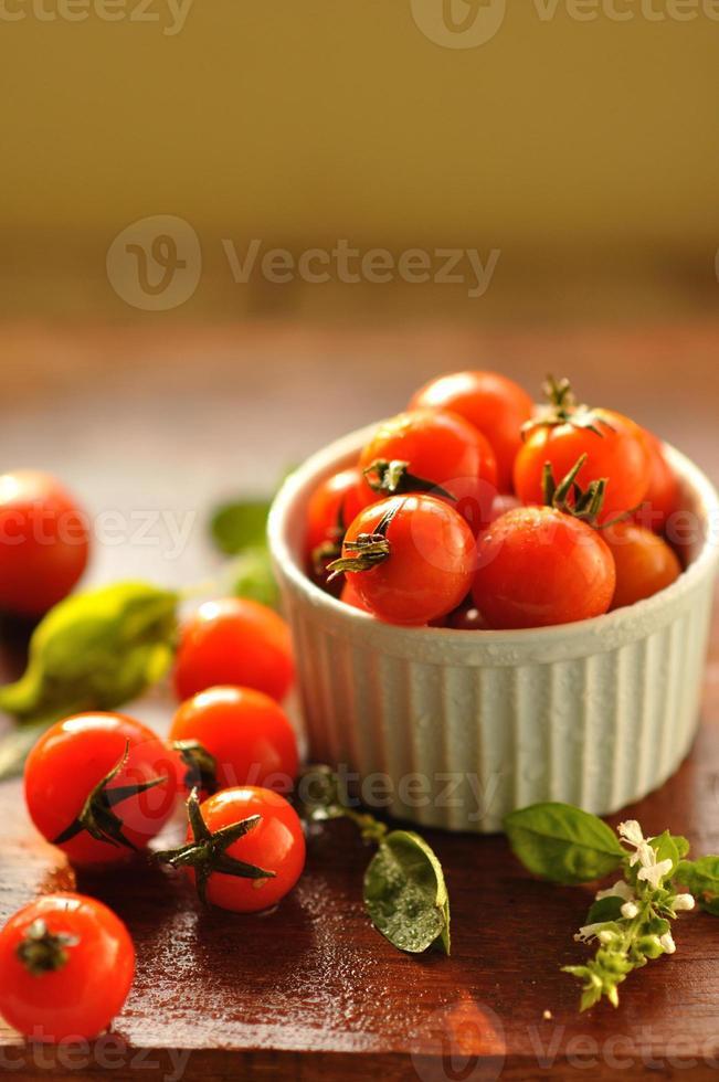 tomates cereja frescos e maduros foto
