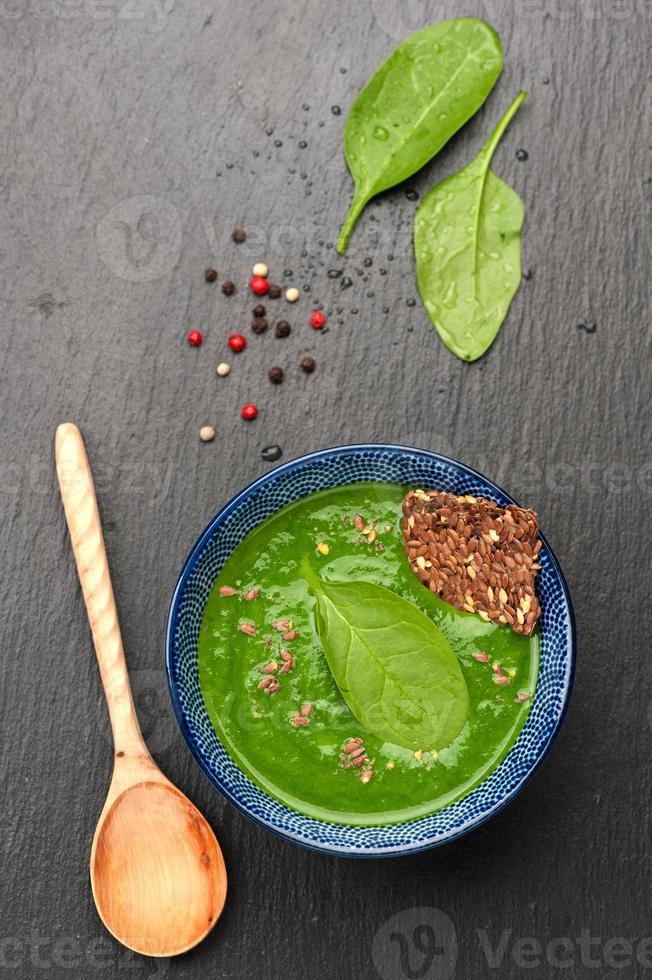 sopa de creme de espinafre com semente de linho. vista do topo foto