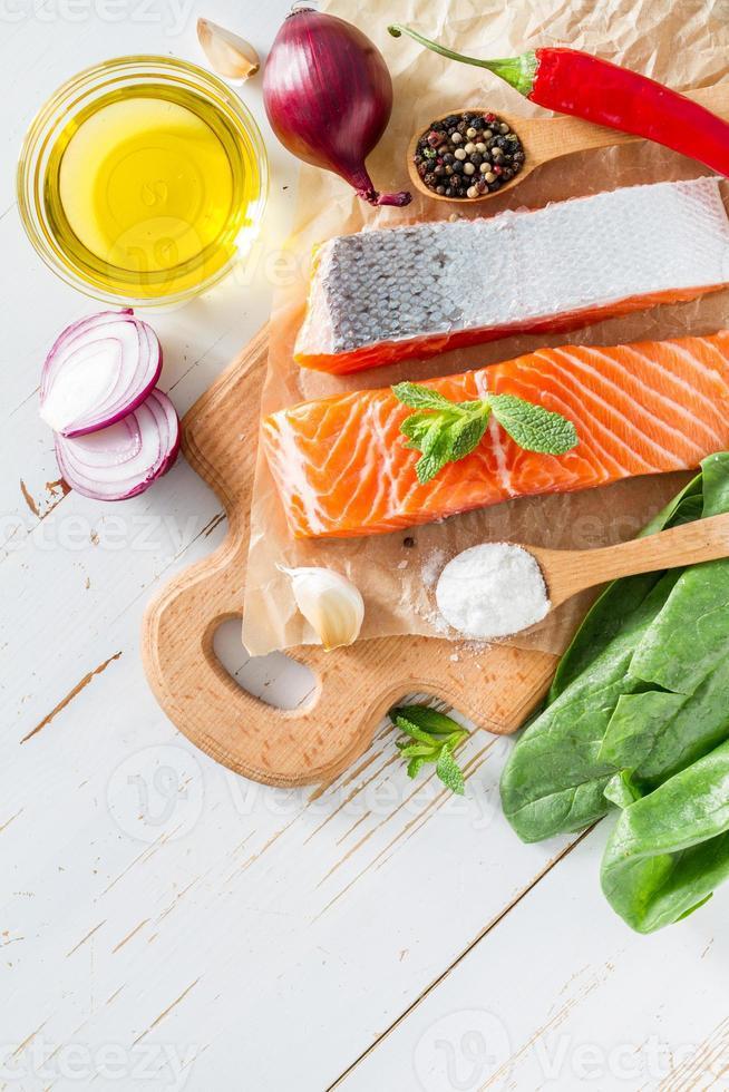 filé de salmão com espinafre, sal, pimenta, alho, óleo foto