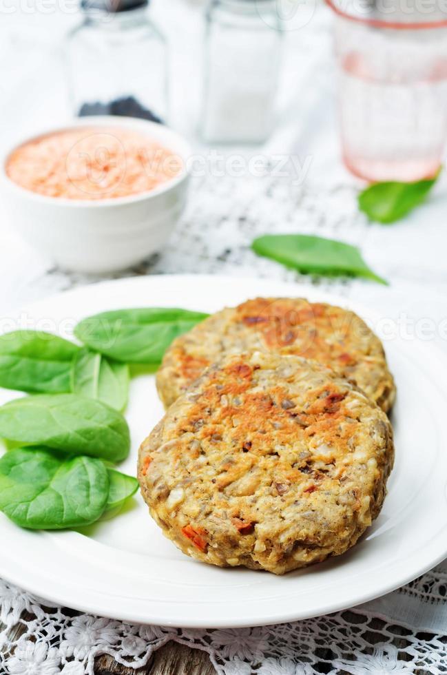 lentilha vermelha sementes caju cenoura hambúrgueres foto