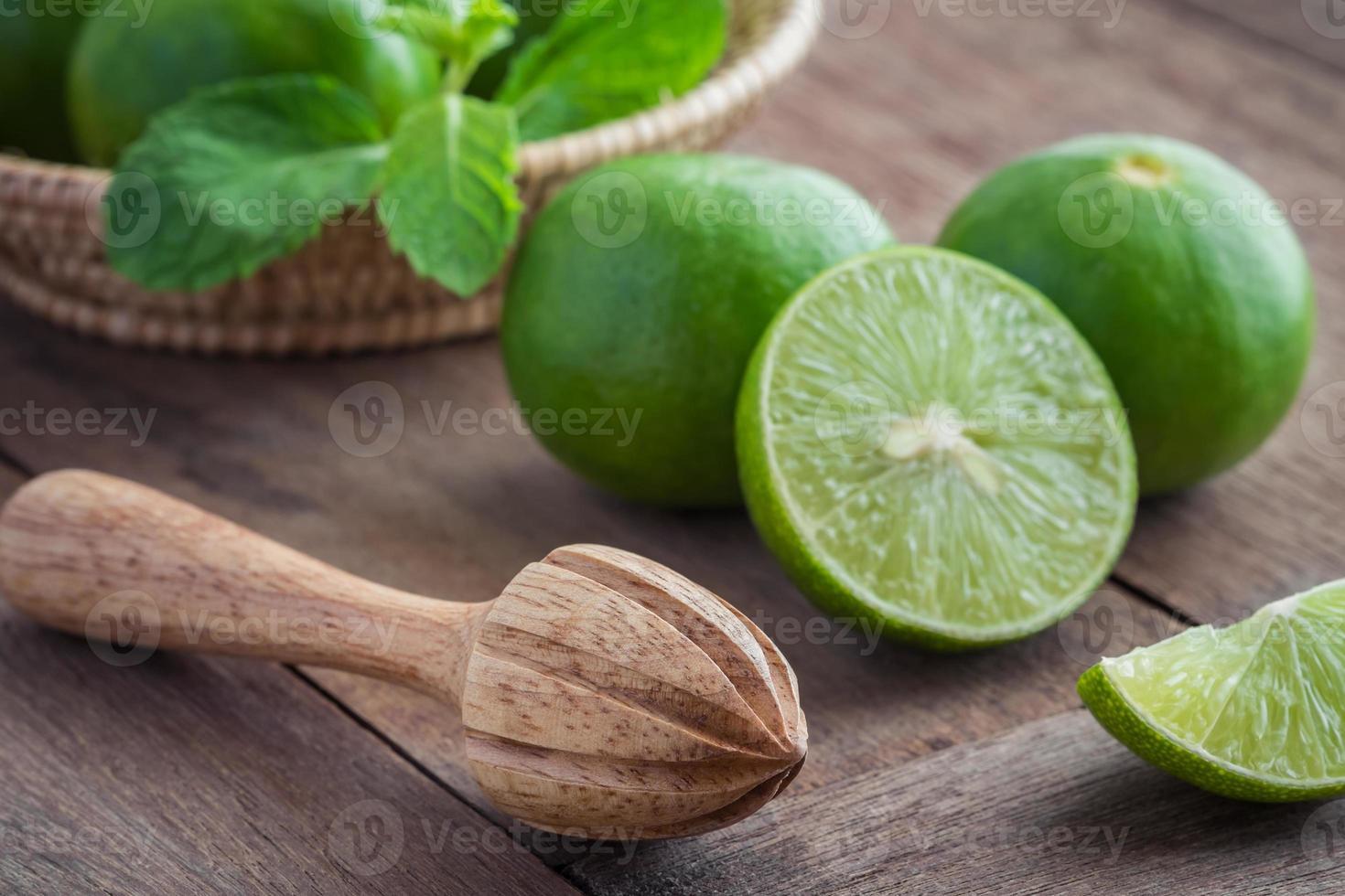 espremedor de frutas e limão na mesa foto
