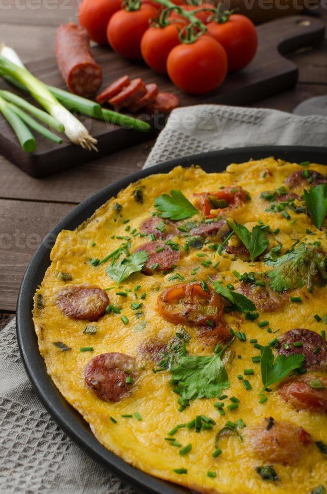 omelete para homem com chouriço foto