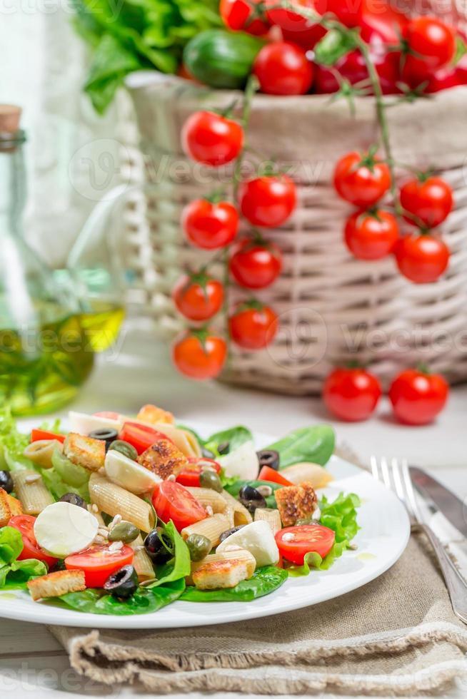 salada saudável com legumes, macarrão e croutons foto