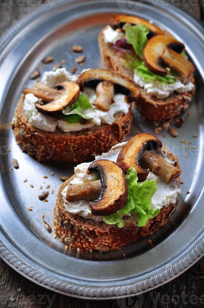 sanduíche com queijo de cabra, cogumelos assados e alface foto