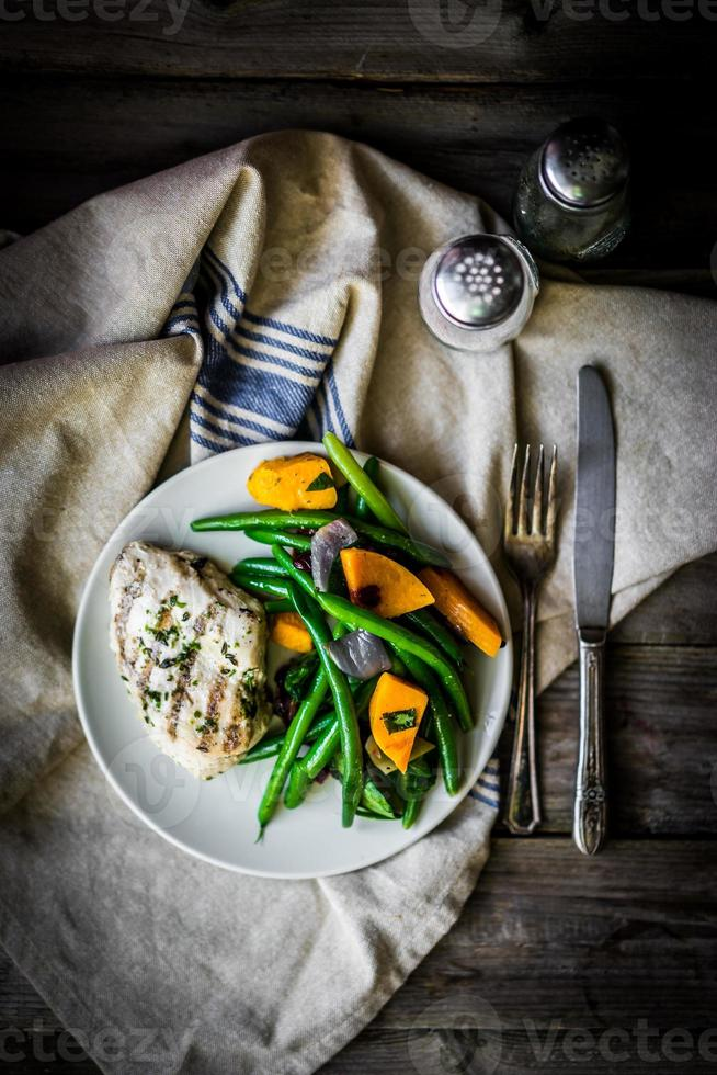 peito de frango grelhado com legumes foto