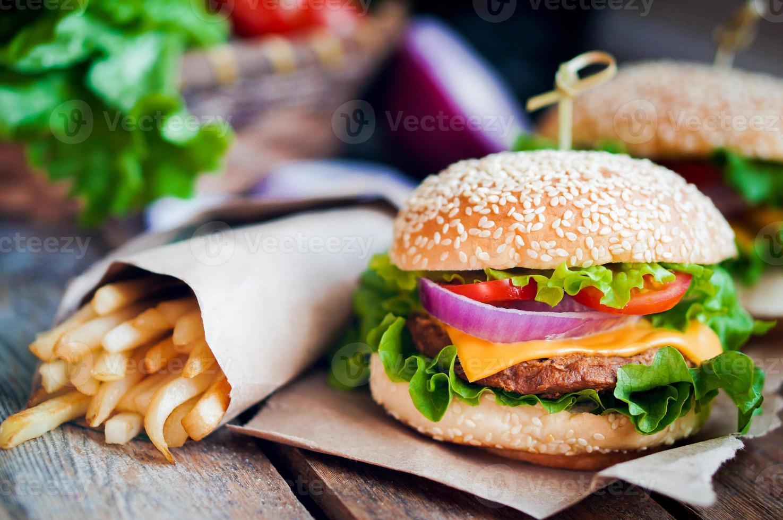 closeup de hambúrgueres caseiros em fundo de madeira foto