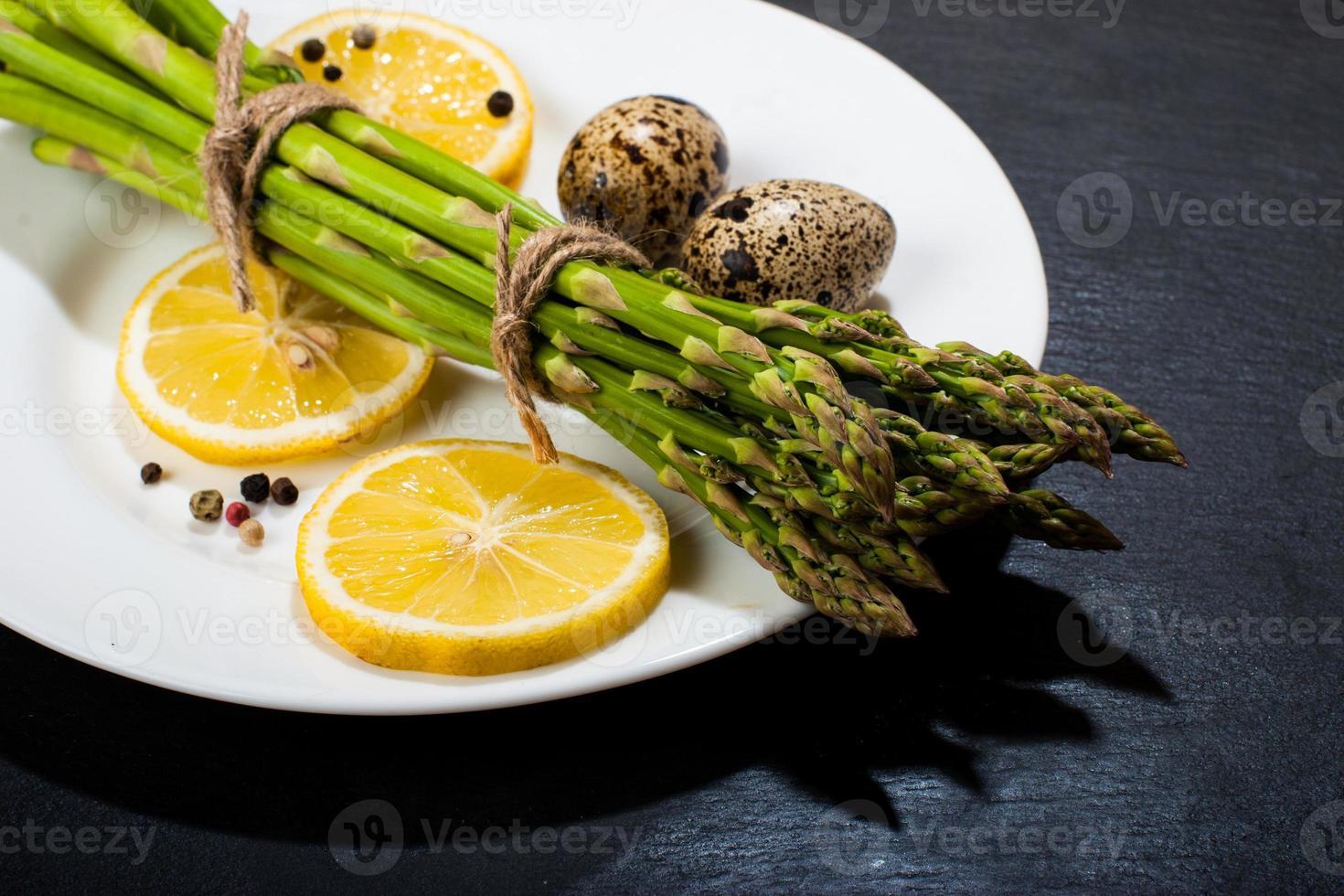 espargos em uma superfície escura. fundo de comida foto