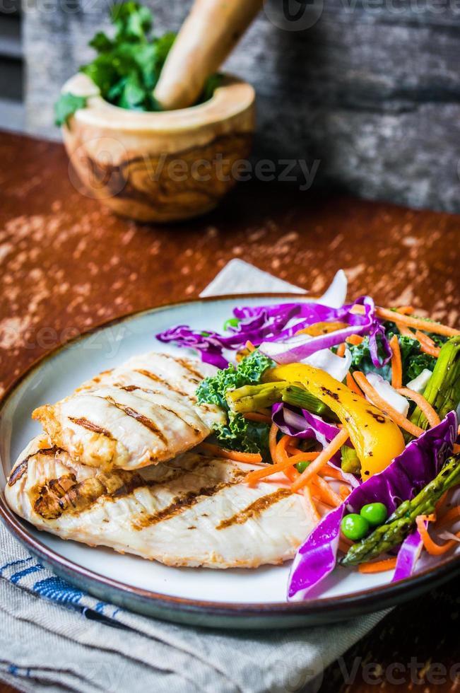 peitos de frango grelhados com legumes foto